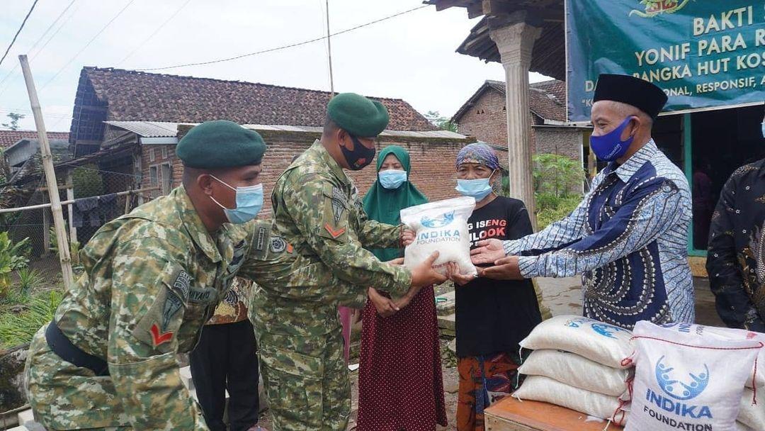 Blusukan di Desa Gading Kembar, Prajurit Kostrad Bagikan Paket Sembako di Jabung