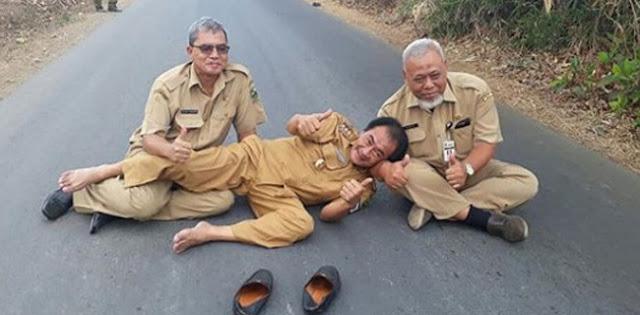 Setelah Umbar Slip Gaji, Bupati Banjarnegara Kembali Bikin Gempar Tidur Di Tengah Jalan