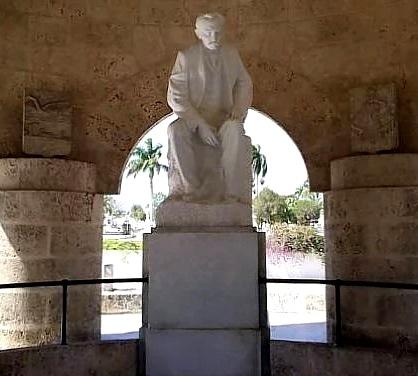 Foto de la escultura de José Marti
