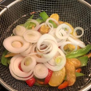 pollo-con-verduras-patatas-pimiento-rojo-pimiento-verde-cebolleta