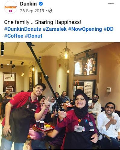 صورة من داخل Dunkin Donuts لفريق العمل مع الزبائن