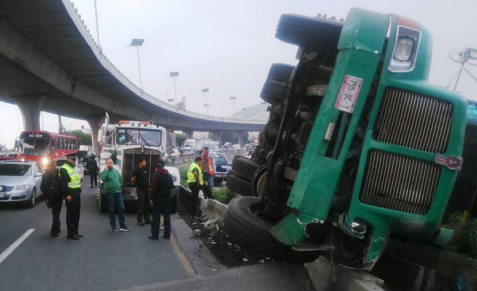 373caa5659d1 Volcadura de camión en la México-Qurétaro afecta circulación ...