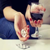 O que acontece se você misturar analgésicos com álcool?