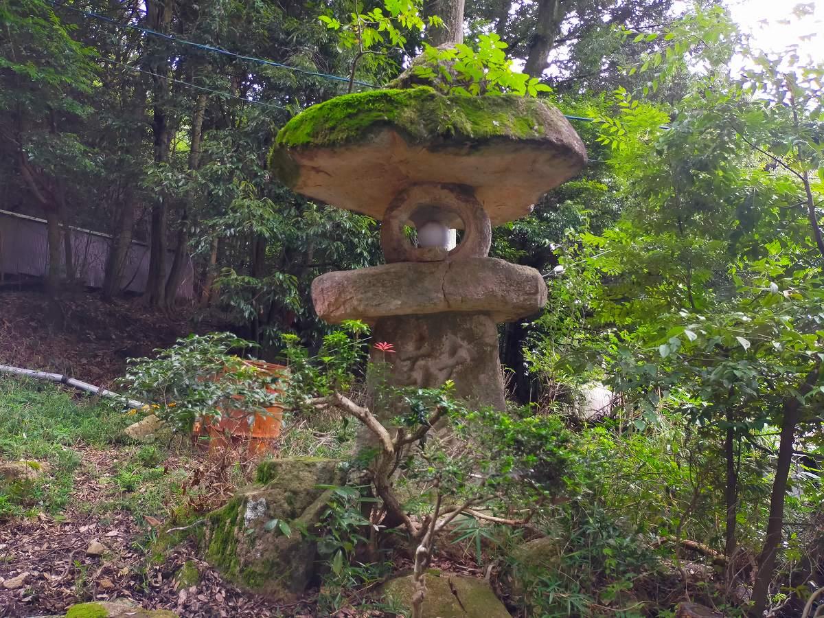 苔むしたおおきな石灯籠。