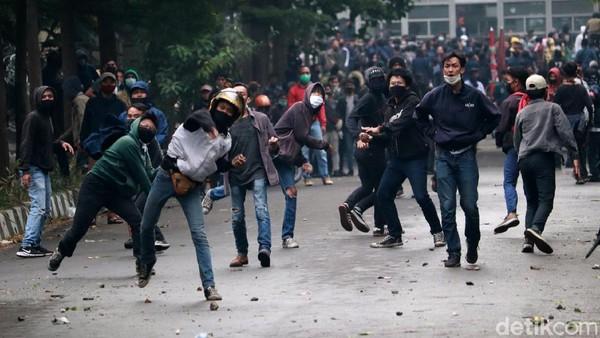 207 Orang Ditangkap Usai Demo Ricuh di DPRD Jabar-Gedung Sate
