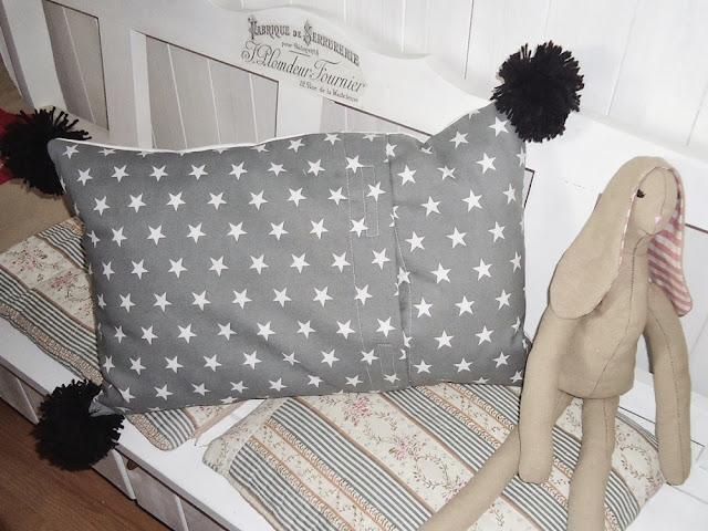 poduszka w stylu skandynawskim z pomponami