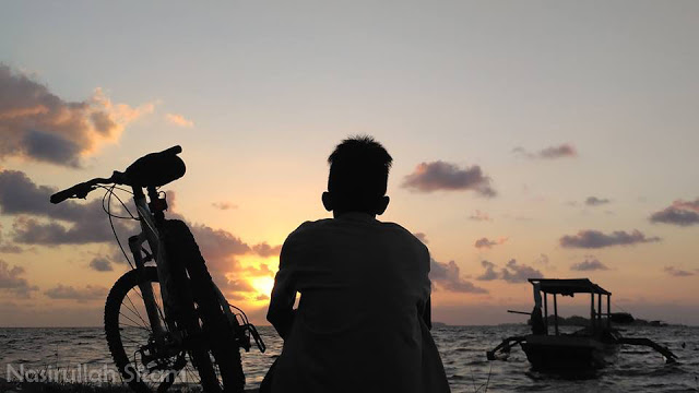Menantikan sunrise bersama sepeda kesayangan