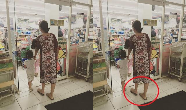Kamu Pasti Gak Nyangka Kalau Perempuan yang Belanja di Mini Market Pakai Daster dan Sendal Jepit Ternyata...