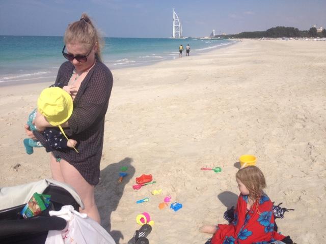 lapset vauva Dubai rannalla Burj al Arab