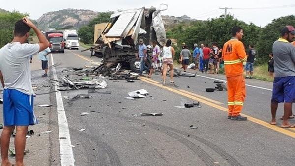 Na Bahia, acidente envolvendo caminhão da banda de Léo Santana deixa mortos