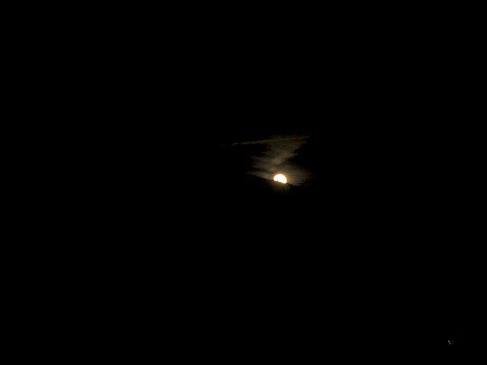 Księżyc wychodzi zza Mogielicy.