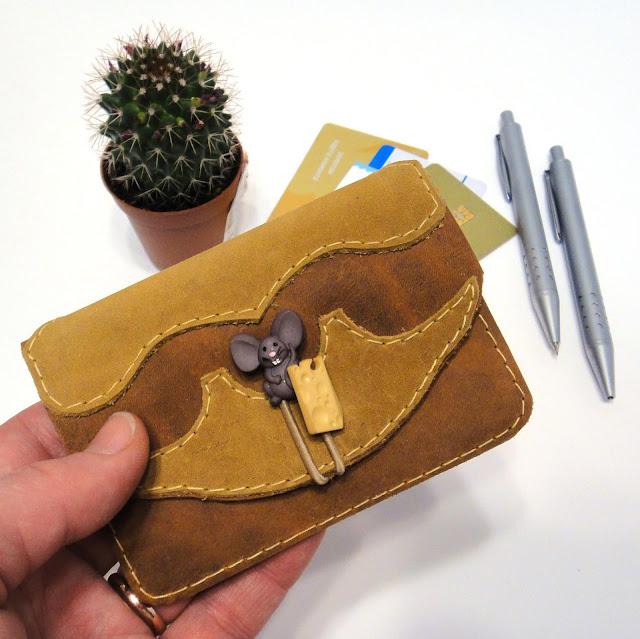 Визитница из кожи Мышка и сыр - отличная идея подарка на новый год 2020. Ручная работа, единственный экземпляр
