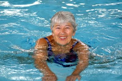 tập bơi với người bị xương khớp