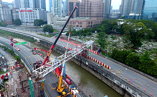 Construction of Saloma Link Bridge