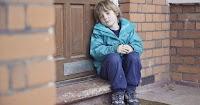 Φτωχό παιδί χτύπησε μια πόρτα για να ζητήσει φαγητό, αλλά αυτός που άνοιξε του έδωσε πολλά περισσότερα