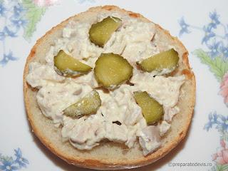 Salata din piept de pui reteta rapida de casa servita cu maioneza usturoi castraveti chifle sandwich mancare aperitive antreu retete salate carne,