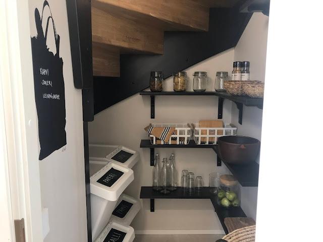Kauniiden portaiden alle rakennettu ruokakomero oli yksi nerokkaimmista ja kauneimmista ratkaisuista