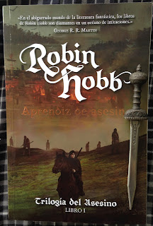 Portada del libro Aprendiz de asesino, de Robin Hobb