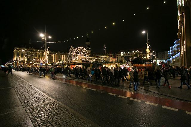 Dresdner Striezelmarkt di notte-Dresda