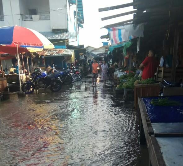 Pasar Pagi Kebanjiran, Pedagang Tetap Berjualan