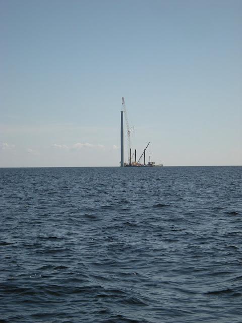 Tuulivoimalaa pystytetään ulkomerellä.
