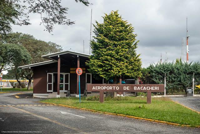 Terminal público de passageiros do Aeroporto de Bacacheri, construído em madeira.