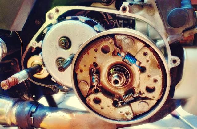 penyebab dan cara atasi knalpot motor mengeluarkan asap