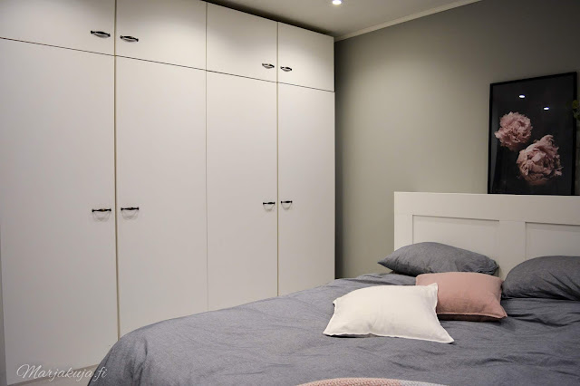 boho sisustus makuuhuone koti roosa harmaa rottinki valkoinen kukka terrakotta vaatekaapit