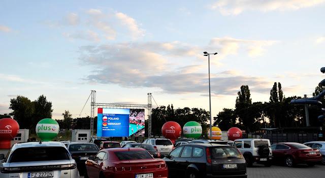 Carros estacionados em cinema drive-in produzido pela Federação Polonesa de Voleibol