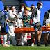 """Goleiro do Arsenal sofre grave lesão e sai de maca """"jurando"""" jogador do Brighton"""