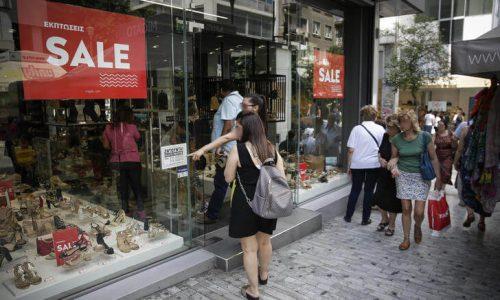 Οκτώ στις δέκα εμπορικές επιχειρήσεις -ποσοστό 81%- πραγματοποίησαν χαμηλότερες πωλήσεις στη διάρκεια των θερινών εκπτώσεων σε σχέση με την περυσινή χρονιά.