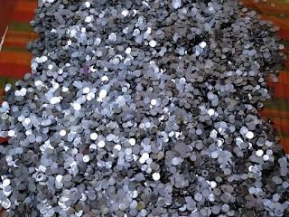 कलगाम हनुमान मंदिर में एक कुआं खोदते समय पुराने और नए सिक्के निकले। - Vapi Media News