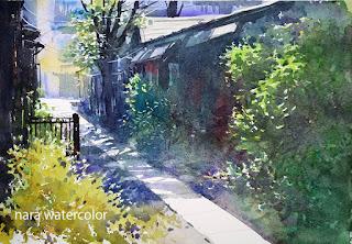 張学平作 正午の陽が当たる路地の水彩画。