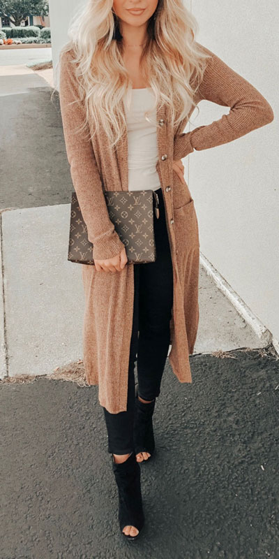 Change up your look with a variety of fabrics and textures. Mix colors, patterns, and cardigan lengths to really make your look pop. Here are 26 Breathtaking Cardigan Styles that are Chic and Warm. Winter outfits via higiggle.com #cardigan #winterstyle #knit #sweater
