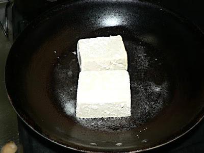 トウフをフライパンで焼く