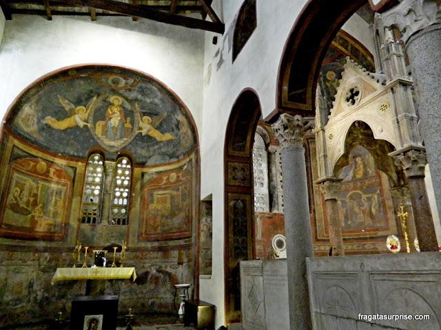 Afrescos decoram os altares da Igreja de Santa Maria in Cosmedin, em Roma