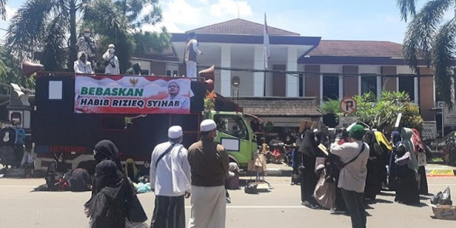 Geruduk Kejari Dan PN Purwakarta, Aliansi Umat Islam Desak Habib Rizieq Dibebaskan