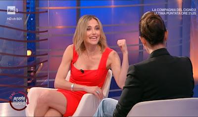 Francesca Fialdini conduttrice tv vestito rosso da noi a Ruota Libera 16 maggio