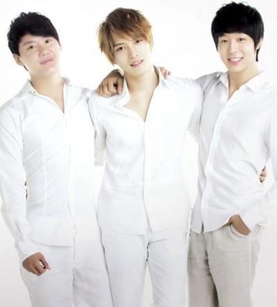 Foto de JYJ vestidos de blanco