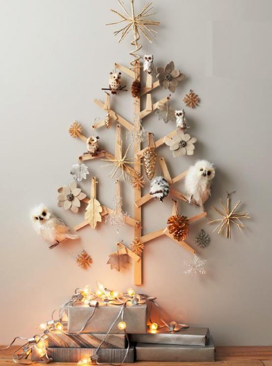Árvores de natal criativa de parede feita com madeira e enfeites