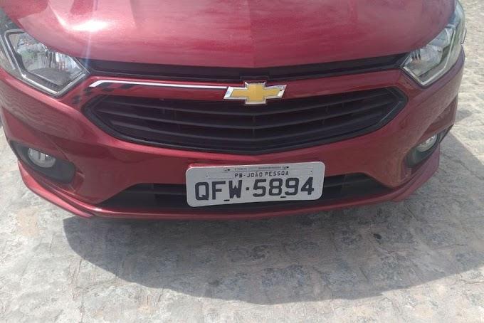 Câmeras de segurança flagram bandidos roubando veículo em João Pessoa