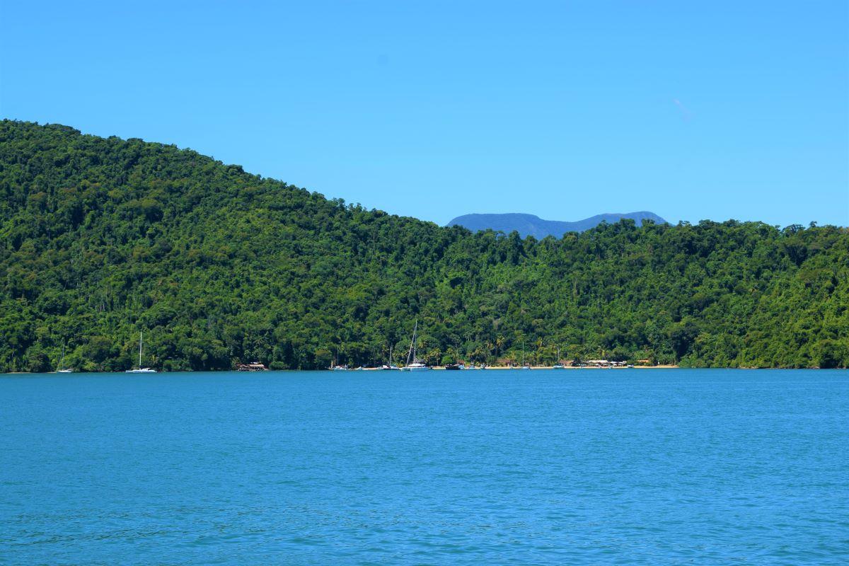 praia pequena com algumas escunas ancoradas