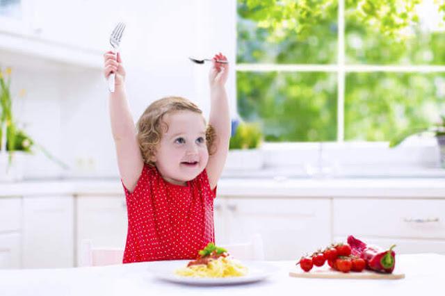 fille-mange-aliments-saines