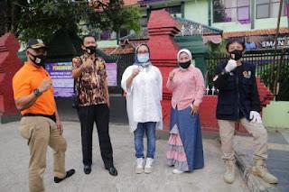 DLH Kota Cirebon Berbagi Masker Untuk Mendukung AKB