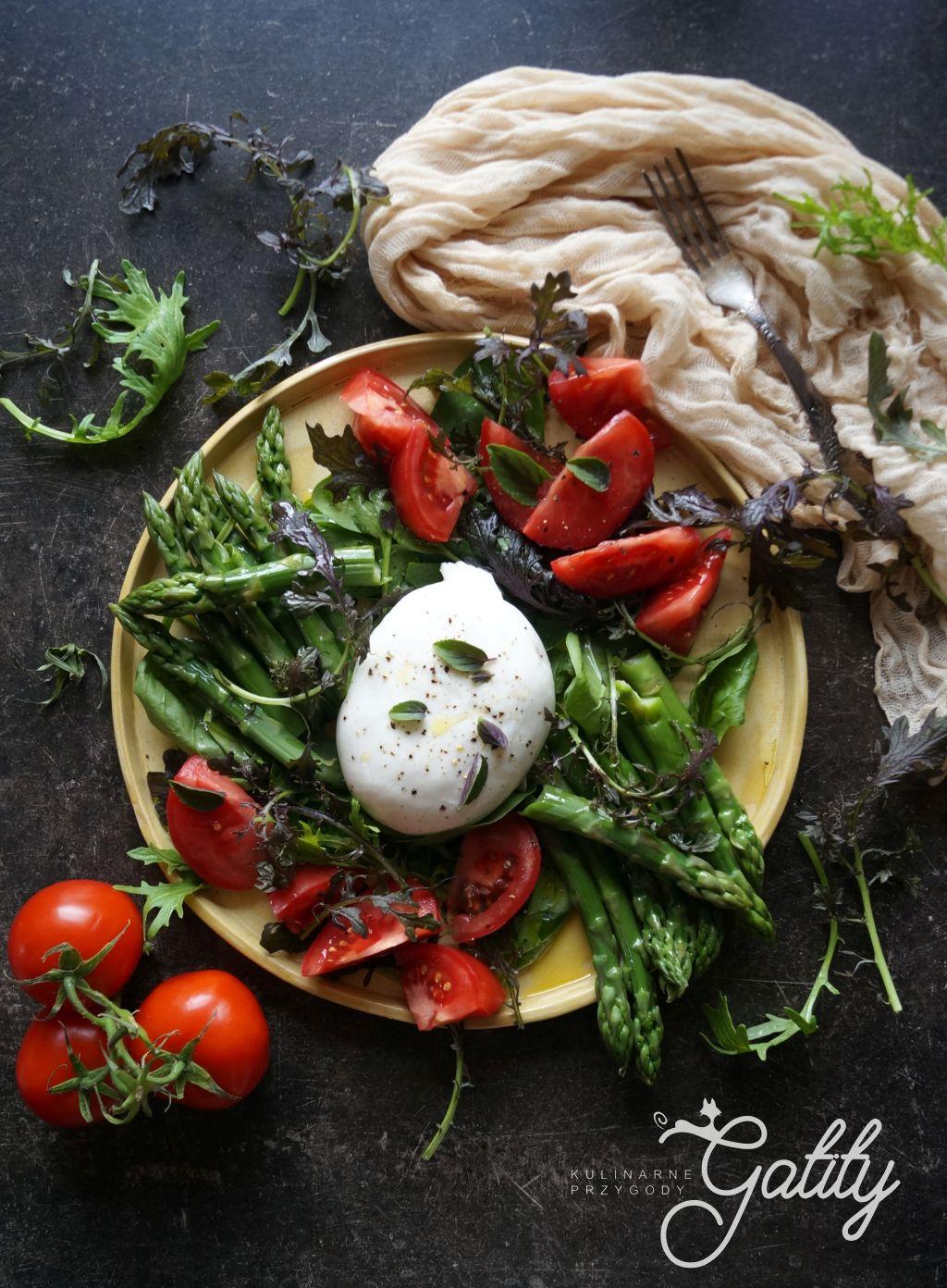 zielone-szparagi-czerwony-pomidor-bialy-ser