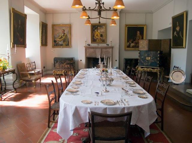 Ruang Makan bergaya Formal