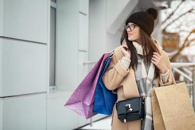 Chica con bolsas de comprar regalos en Laugavegur