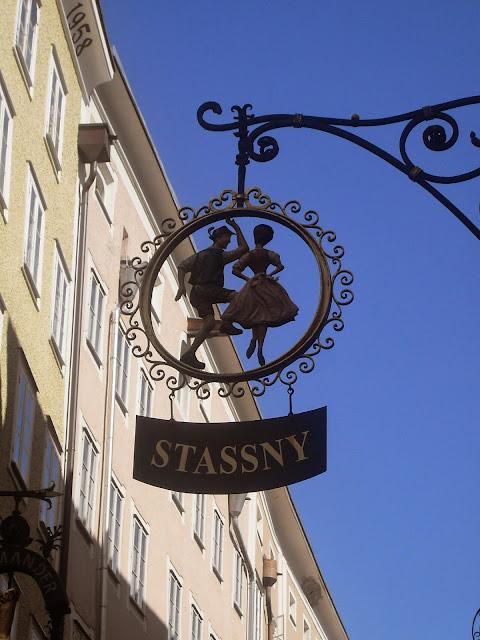 detalles de los carteles de las tiendas en salzburgo