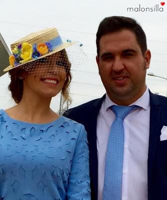Sabrina de boda con nuestro canotier Argentina en azul lavanda y bolso a conjunto byMalonsilla.