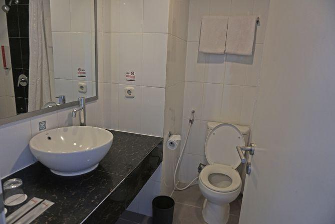 Kamar mandi di Fave Hotel Rembang